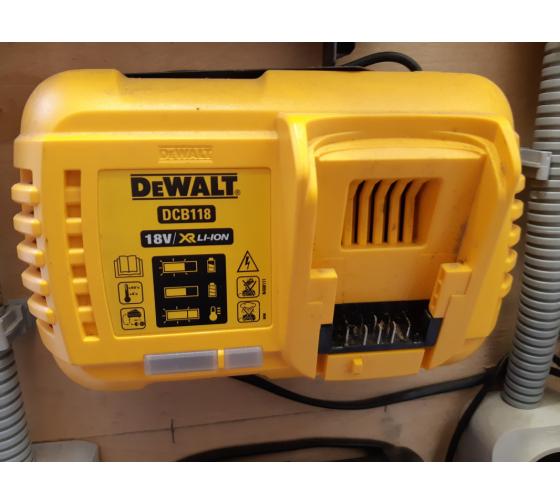 Универсальное зарядное устройство (18-54 В) DEWALT DCB118 4