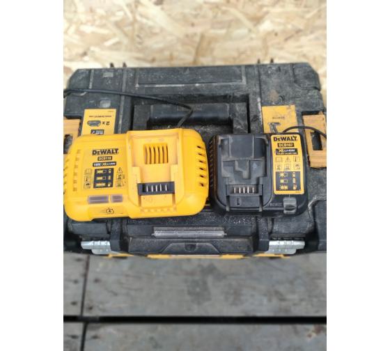 Универсальное зарядное устройство (18-54 В) DEWALT DCB118 12