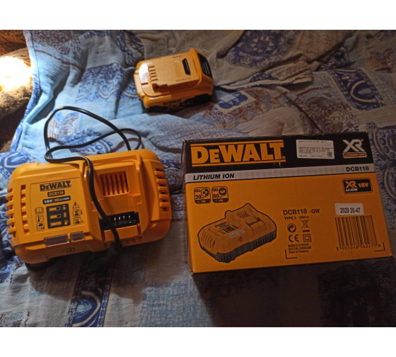 Универсальное зарядное устройство (18-54 В) DEWALT DCB118 7